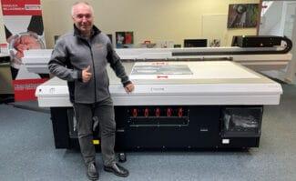 Large Format Printing: Geschäftsführer André König vor dem deutschlandweit erstinstallierten UV-LED-Flachbettdrucker Canon Arizona 135 GT im Democenter seiner Erpa Systeme GmbH in Göttingen.