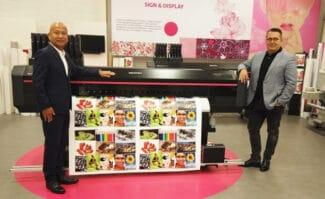 Large Format Printing: Managing Director Mitsuo Takatsu (links) begrüßt Frank Schenk neu im Vertriebsteam von Mutoh Europe.