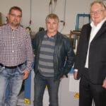 Druckindustrie: Die Geschäftsführer Jens und Holger Schöneis (von links) ließen sich bei der Entwicklung eines neuen ergänzenden Geschäftsmodells von Helmar-Schmidt-Geschäftsführer Jens Liebetreu beraten.