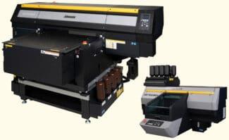 Die brandneuen UV-LED-Inkjet-Drucker für den industriellen Direktdruck aus dem Hause Mimaki Europe: der UJF-7151 plusII (links) und der UJF-3042 MkII e.
